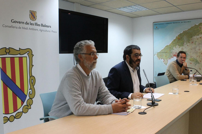 The Counselor V. Vidal accompanied by the Director General of Agriculture and Livestock, M. Ginard, and the Head of Plant Health Service, A. Joan, announces the detection of Xf in Spain.